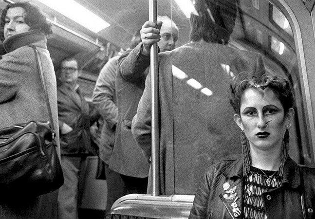 Fotógrafo registra a vida no metrô de Londres nas décadas de 70 e 80