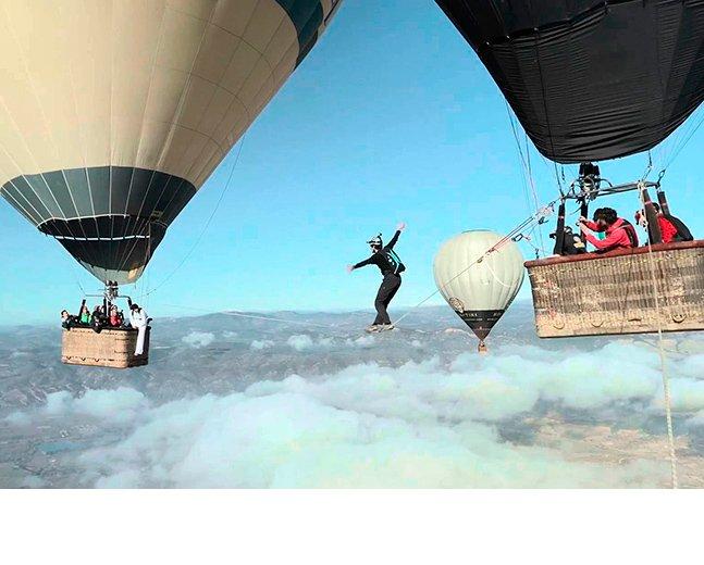 Esse vídeo que mostra pessoas passando de um balão para o outro numa corda não é para quem tem medo de altura