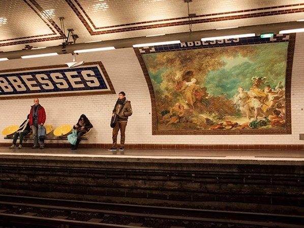 Artista sai pelas ruas de Paris trocando anúncios publicitários por obras de arte