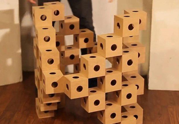 Designer cria cubos de madeira que se transformam em diferentes esculturas. O vídeo vai te hipnotizar.