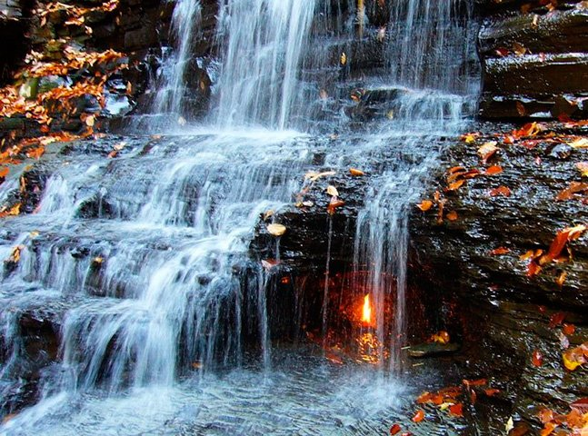 O mistério da cachoeira que tem uma chama que nunca se apaga