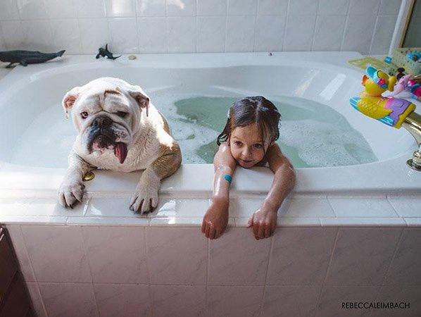 Fotógrafa cria série adorável retratando a amizade da sua filha e do seu Bulldog