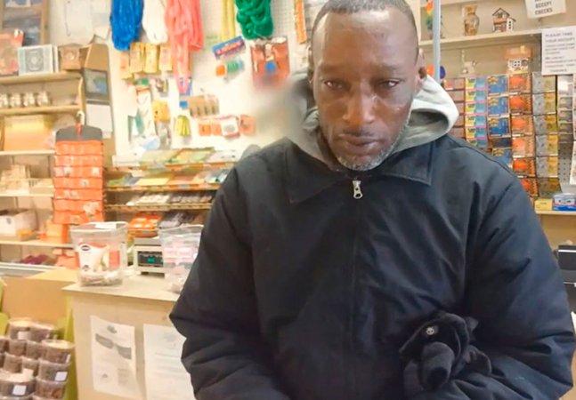 Um homem entregou um bilhete premiado para um morador de rua. A reação do mendigo vai melhorar seu dia