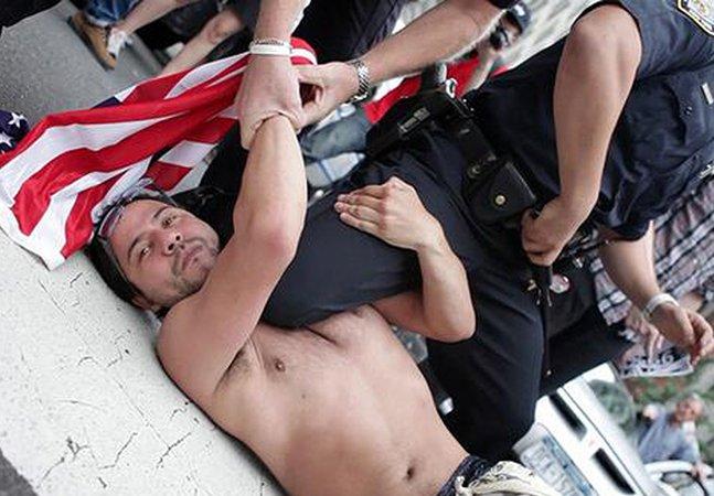 Polícia de Nova York tenta criar campanha positiva no Twitter mas acaba se arrependendo