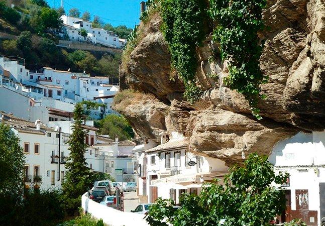 O vilarejo na Espanha que fica debaixo de uma rocha