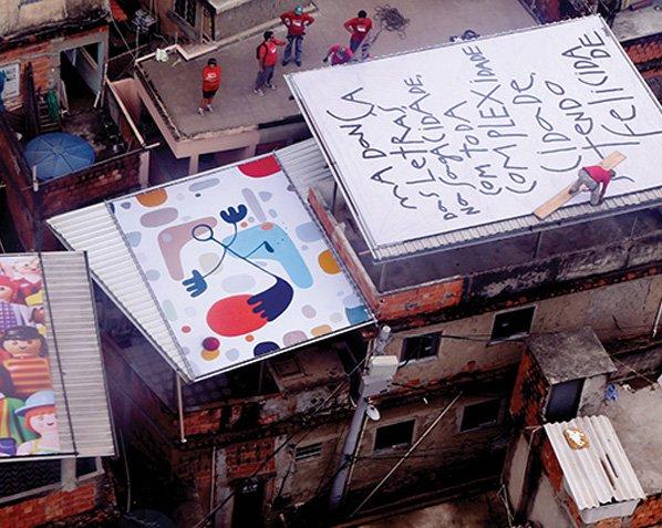 Comunidade no Rio de Janeiro recebe primeira exposição aérea do país com obras de arte expostas nos telhados