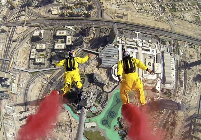 Só para corajosos: dupla faz base jump do prédio mais alto do mundo