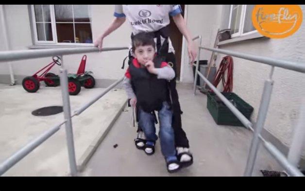 Mecanismo auxilia crianças com paralisia cerebral a andarem