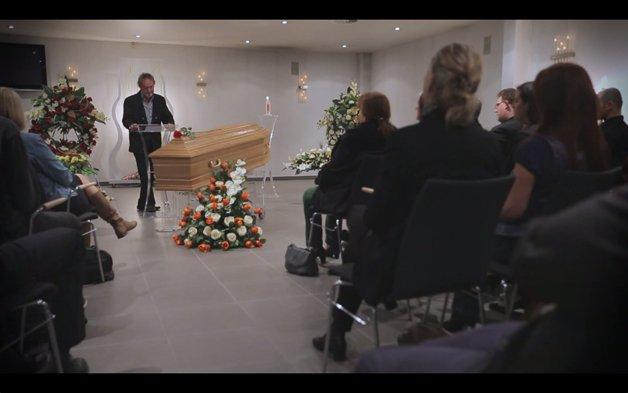Em ação, pessoas vão ao seus próprios funerais