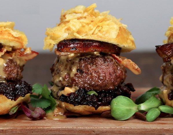 Fotógrafo cria um hamburguer criativo por semana. O resultado vai te deixar com muita fome.