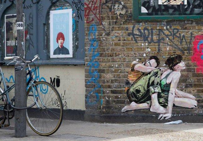 Casal espalha amor pelas ruas com retratos em stencil de momentos íntimos