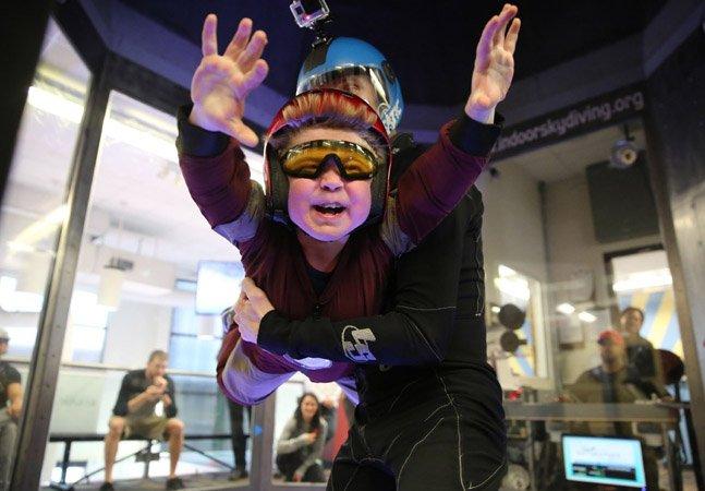 Organização ajuda garoto com doença rara a realizar seu sonho de voar como um super-herói