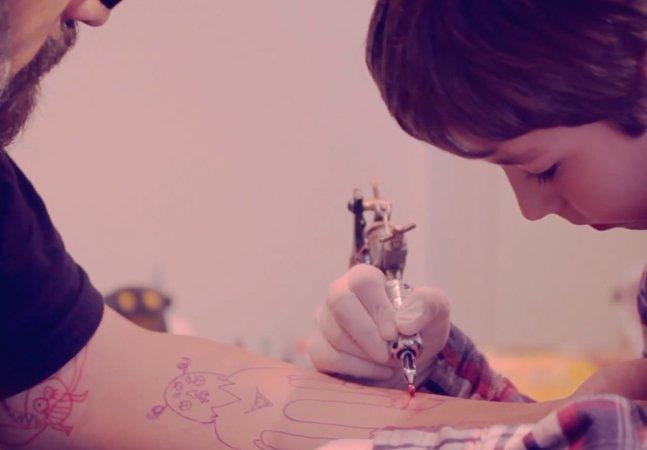 Garoto de 6 anos tatua o braço do pai com os próprios desenhos