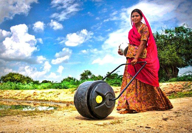 Mão na roda: empresa cria solução criativa para ajudar quem precisa andar horas para conseguir água