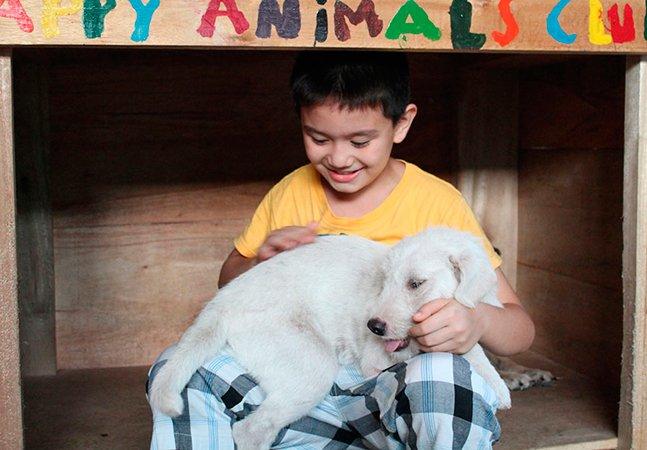 Menino de 9 anos comove o mundo ao criar um abrigo em sua garagem para cães abandonados