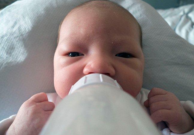 Pai cria série fotográfica para tentar se conectar com a filha recém-nascida