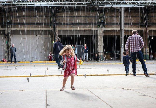 Instalação de arte faz com que visitantes dancem mesmo sem querer