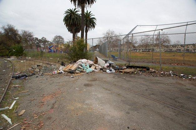 Casas são construídas com lixo