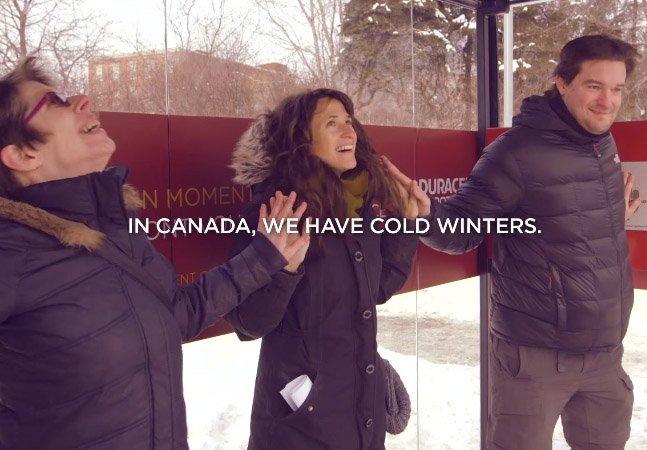 Campanha cria ponto de ônibus aquecido que só funciona se as pessoas derem as mãos