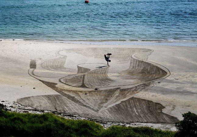 Artista cria impressionantes desenhos em 3D na areia que vão confundir seus sentidos