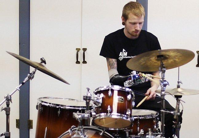 Conheça a incrível história do baterista que perdeu um braço mas encontrou uma forma de continuar tocando
