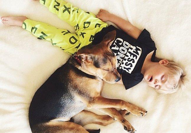 O bebê e o cachorro que ganharam a web com sua amizade estão crescendo mas continuam adoráveis