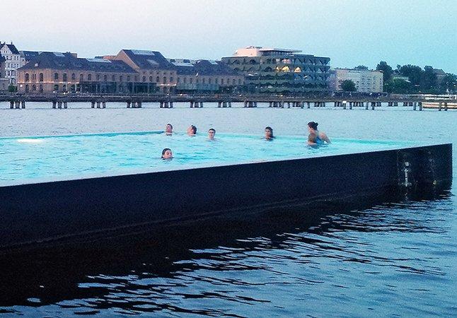 Conheça a piscina flutuante que fica num rio em Berlim