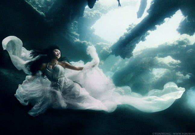 Esse ensaio fotográfico subaquático com modelos em navio naufragado é de tirar o fôlego!