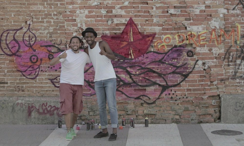 Jovens alunos de ONG se juntam ao grafiteiro Speto para criar estampas de camisetas inspiradas no Brasil