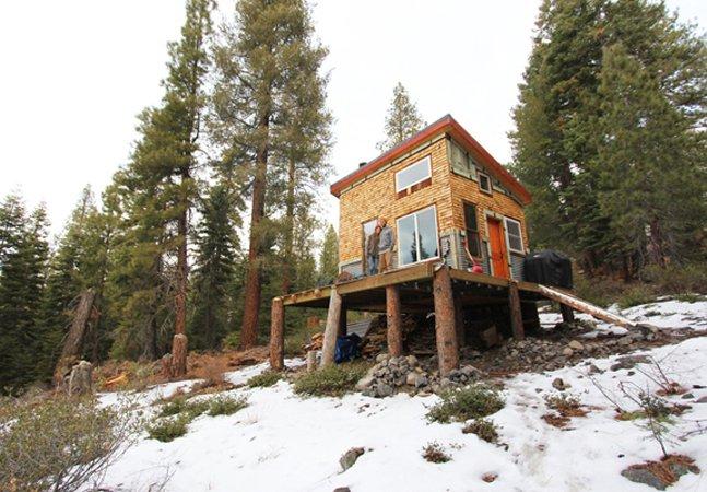 Casal cria casa sustentável na florestacom material reutilizado e gastando muito pouco