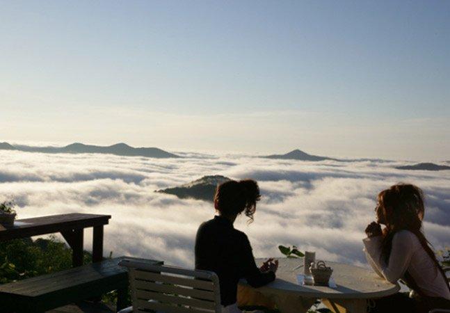 Mais perto do céu: conheça um inusitado terraço no Japão que fica em meio às nuvens