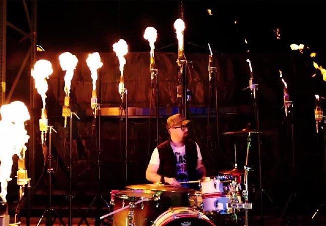 Artista instala software em sua bateria que lança chamas de fogo a cada batida