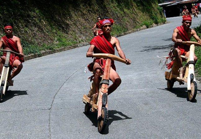 Tribos nas Filipinas fazem corridas de scooters de madeira que atingem até 50 km/h