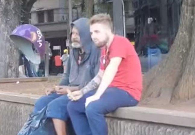 Morador de rua divide comida com um desconhecido e prova que quem menos tem é quem mais compartilha