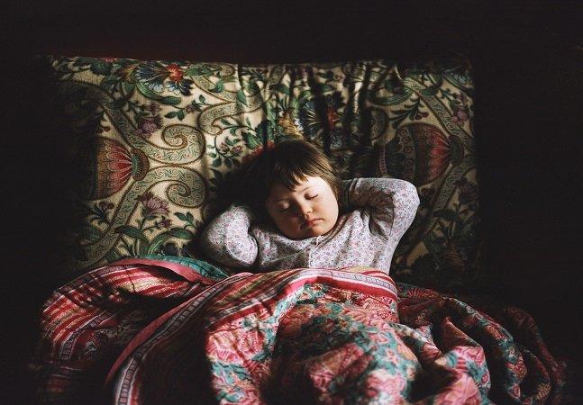 Mãe cria série fotográfica retratando sua filha com Síndrome de Down para estreitar os laços com ela