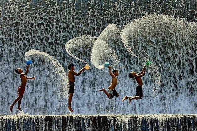Crianças brincando pelo mundo