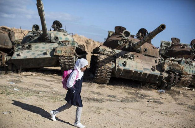 Crianças indo à escola em diferentes partes do mundo