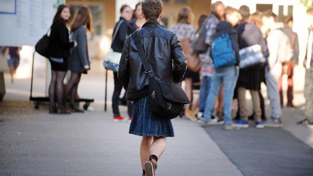 Garotos usam saias em protestos na França