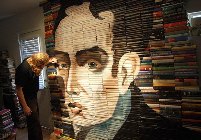 Artista cria retratos realistas de pessoas e animais em pilhas de livros usados