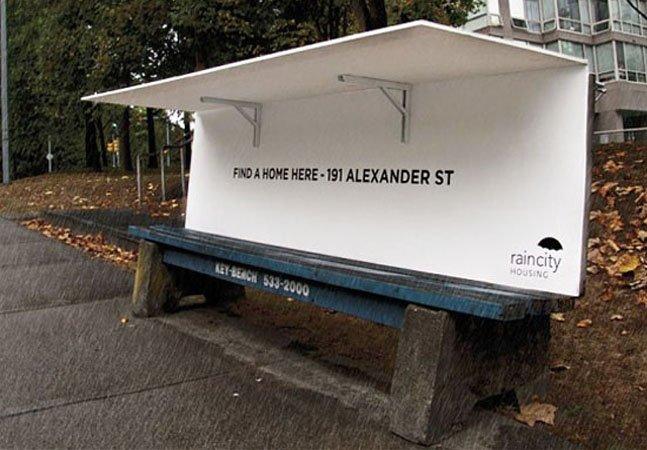 Ação faz com que banco de praça se transforme em abrigo para moradores de rua