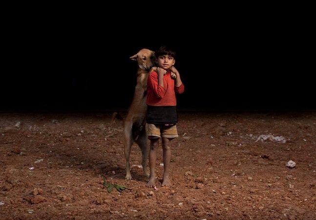 Ensaio mostra a amizade de crianças órfãs e seus cãezinhos adotados