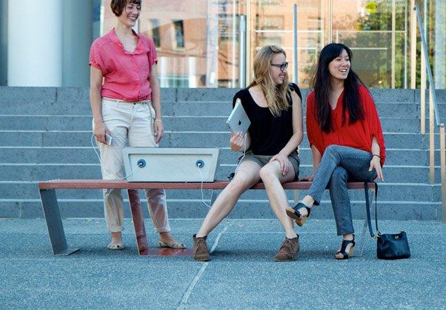 Startup cria banco de praça que permite carregar a bateria de seus gadgets
