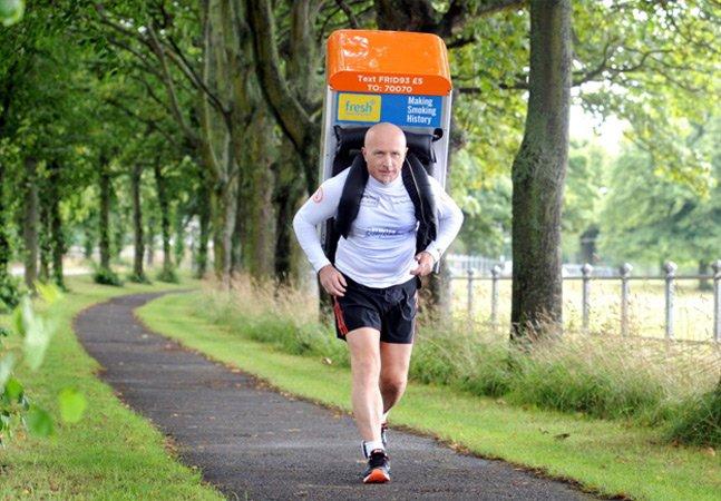 """A história do homem que participa de maratonas carregando uma """"geladeira"""" nas costas"""
