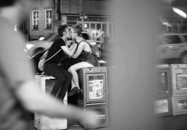 Fotógrafo sai pelo mundo registrando 100 beijos em cada cidade que visita