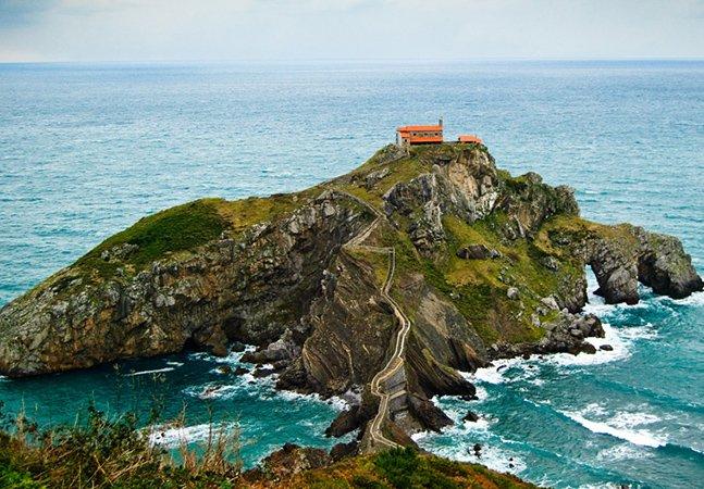 A impressionante escadaria de uma ilha espanhola em cima das rochas