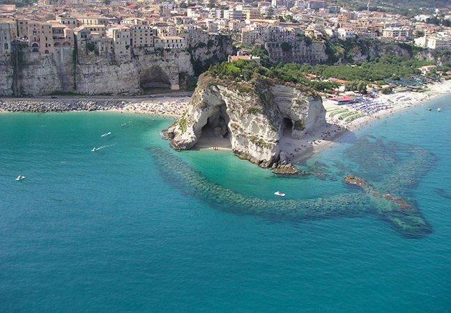 A encantadora cidade italiana que fica em cima de um penhasco
