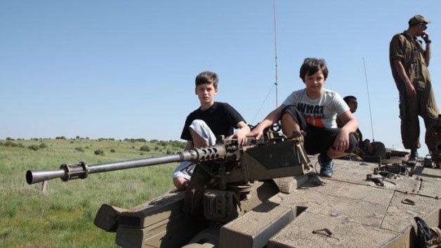 Pai leva filhos viciados em videogame a zona de guerra
