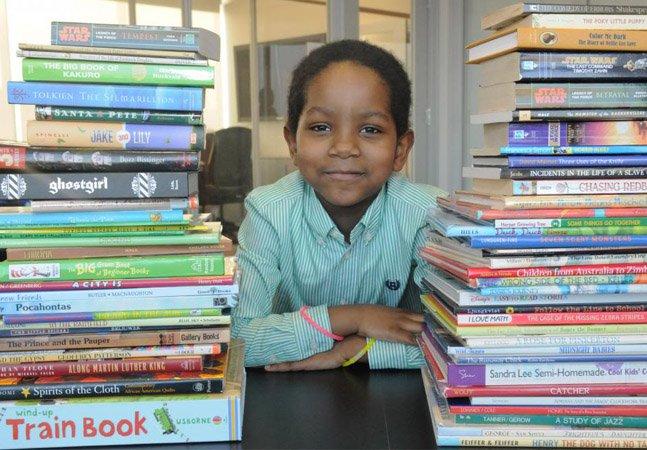 Garoto de 6 anos transforma vida de crianças de rua de Nova York através da literatura