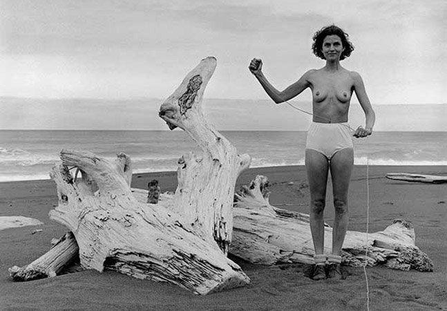 Fotógrafa mostra a passagem do tempo clicando autoretratos há 40 anos usando somente roupa íntima
