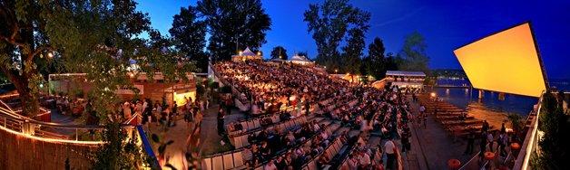 Cinema em frente a lago em Zurique